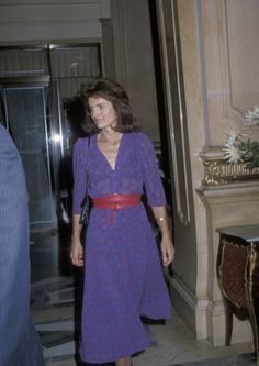It is no surprise that Jackie Kennedy Onassis is often cited as a style icon. The New York native, who was famously married to President John F. Kennedy until his death in 1963 and then Greek shipping. John Kennedy, Jackie Kennedy Style, Carolyn Bessette Kennedy, Jacqueline Kennedy Onassis, Vestidos Versace, Jackie Oh, Jaqueline Kennedy, Looks Style, Lady