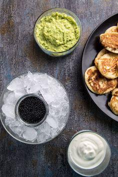 Blinis, caviar y aguacate - El Primer Bocado. Fotografía Gastronómica