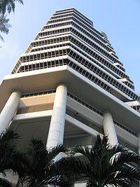 słupy unoszące bryłę budynku to podstawowa cecha architektury modernistycznej