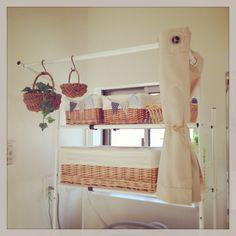 214  ランドリーラックにホームセンターで買ったカフェカーテンをつけてみました♪♪(♡ˊ艸ˋ)♬* ランドリーラックにカゴを並べてバスタオルや洗濯用品を収納しています。ホームセンターで購入した帆布のカフェカーテンを下げていますが、カゴが見え た方が可愛いので、カーテンはほとんど飾りのような感じです(❁´◡`❁)   洗濯機周り/ランドリールーム/ランドリーラック/カゴ/ナチュラルキッチン/カフェカーテン…などのインテリア実例 - 2013-10-13 15:18:32 | RoomClip(ルームクリップ)