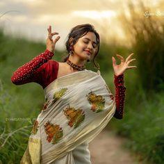 Indian Photoshoot, Couple Photoshoot Poses, Saree Photoshoot, Couple Photography Poses, Beautiful Girl Wallpaper, Beautiful Girl Photo, Girl Photo Poses, Girl Photos, Kerala Traditional Saree