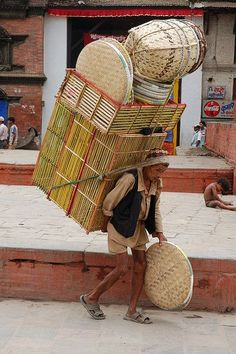A porter carrying a heavy load on his back in Durbar Square in Kathmandu, Nepal Monte Everest, We Are The World, People Around The World, Around The Worlds, Voyage Nepal, Nepal Kathmandu, Asia, World Cultures, Sri Lanka