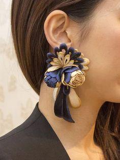 """水金地火木土天冥海  emi takazawa  結魅 片耳飾・青金  大大"" https://sumally.com/p/1655455?object_id=ref%3AkwHOAAIzzIGhcM4AGUKf%3AHPCG Unique Jewelry, Handcrafted Jewelry, Jewelry Art, Jewelry Design, Textile Jewelry, Chandelier Earrings, Tassel Earrings, Flower Earrings, Statement Earrings"