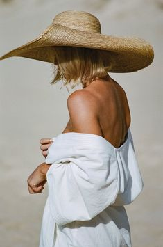 style inspiration + vacation look + fashion inspiration + summer naturals + beige aesthetic + neutral colour palette + beauty + mood board Foto Casual, Jack White, Inspiration Mode, Outfits With Hats, Zulu, Mode Vintage, Coastal Style, Look Fashion, Posing Guide