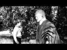 The Colossus of New York - (1958) Director_Eugène Lourié ----Sinopsis:Jeremy Spensser, eminente cientifico, muere en un accidente justo después de ganar el Premio Nobel de la Paz. Su padre William, un neurocirujano brillante, trabaja sobre el cuerpo en secreto antes del entierro; después de revelar a su otro hijo Henry que tiene el cerebro de Jeremy en terapia y trabaja en ponerlo en el cuerpo de un robot.
