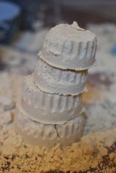 Maanzand maken: - 8 koppen bloem - 1 kop baby olie - eventueel glitter toevoegen. Het maanzand is lekker zacht en kneedbaar.