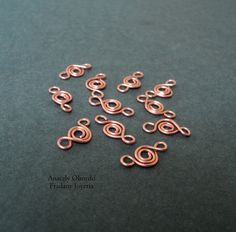 Chain with spirals This chain develops in a few steps, you only need # 20 gauge wire, pliers and some rings of approximately 2 mm in diameter to join the spirals.