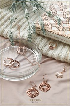 Roségold finden wir bei Schmuckstücken immer besonders ansprechend; Ob bei Ohrringen, Kreolen, Ketten, Armketten oder Ringe. Auch passt Schmuck in Roségold zu fast allen Hautfarben und Outfits, unabhängig von der Jahreszeit. Alex And Ani Charms, Rose Gold, Charmed, Bracelets, Jewelry, Outfits, Skin Colors, Earrings, Chains