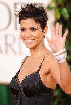 Very Cute Messy Pixie Hairstyle of Halle Berry Chaotischer Pixie, Messy Pixie Cuts, Short Pixie, Modern Short Hairstyles, Popular Short Hairstyles, Oval Face Haircuts, Great Haircuts, Halle Berry Hairstyles, Pixie Hairstyles