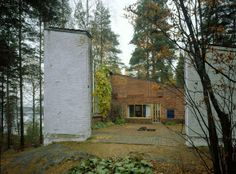 The Experimental house was Elissa and Alvar Aalto's self-designed atelier and summer residence. There are guided tours of the house during summer. Alvar Aalto, Helsinki, Le Corbusier, Architecture Organique, Column Structure, Types Of Bricks, Patio Central, Brick Construction, Modernisme