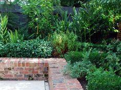 Raised Patio Ideas Retaining Walls Garden Beds 57 Ideas For 2019 Brick Garden Edging, Garden Retaining Wall, Landscaping Retaining Walls, Small Backyard Landscaping, Retaining Wall Bricks, Front Gardens, Small Gardens, Outdoor Gardens, Brick Wall Gardens