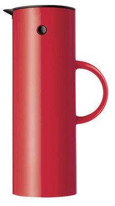 Skønhed afhænger af øjet, der ser. Men vi må være mange, som ser det samme, for Erik Magnussens termokande med vippelåg fra 1970'erne er Steltons bedst sælgende designprodukt nogensinde. Nu er kanden blevet fornyet i en elegant soft sort farve, som både blødgør det smukke, stramme formsprog og indbyder til at blive berørt - en klassiker, som bliver ved at være aktuel.