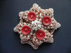 vánoce - hvězda  s červenými svíčkami Cookie Ideas, Gingerbread Cookies, Advent, Hearts, Brooch, Fancy, Christmas, Pictures, Gingerbread Cupcakes
