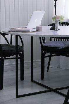Buenos dias! Nu är det äntligen på plats, vårt efterlängtade runda matbord i marmor. Såååå himla fint blev det, och inte alls för stort med 120ø som jag först var lite …