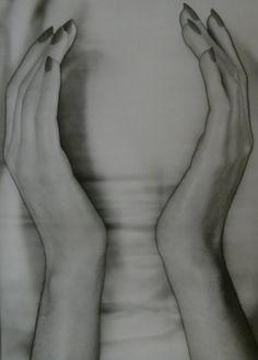 Erwin Blumenfeld - Solarized Hands, 1944. S)