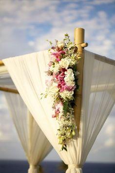 Una boda en Maui se merece un arco de bambú con flores como este. Maui Military Beach Wedding Fotografia Anna Kim Photography.