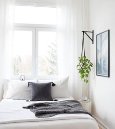 DIY Blumenampel im Schlafzimmer, Inspiration of the bedroom, White interior, Scandinavian. Small Apartment Bedrooms, Apartment Bedroom Decor, Small Apartments, Home Bedroom, Peaceful Bedroom, Tiny Master Bedroom, Small Spaces, White Apartment, Small Bedrooms