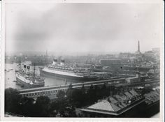 Il porto di Genova, con i grandi piroscafi all'ancora, e la Lanterna. Genoa: the harbour. #Genova #Porto #Lanterna
