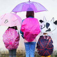 Recupera un ombrello rotto per proteggere il tuo zaino in tempo inclemente! È facile e veloce cucire un coprizaino impermeabile fai da te ricicloso!