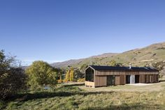 Founded by Richard Naish in Auckland's RTA Studio has been awarded the New Zealand Architecture Medal and the World Architecture Festival. New Zealand Architecture, Vernacular Architecture, Cabin Design, House Design, World Architecture Festival, Contemporary Cabin, Safe Room, Timber Cladding, Palette