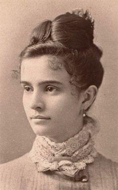 Victorian carte de visite 1880s Victorian Era Fashion, 1880s Fashion, Victorian Women, Vintage Fashion, Edwardian Era, Victorian Portraits, Victorian Photos, Victorian Hairstyles, Vintage Hairstyles