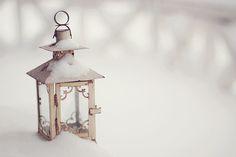 Inredning i Fransk Lantstil och Shabby Chic. I Love Winter, Winter Is Here, Winter Colors, Winter Day, Winter White, Noel Christmas, White Christmas, Christmas Garden, Christmas Lanterns