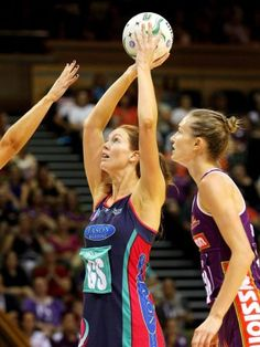 The Queensland Firebirds' unbeaten run of 15 games has come to an end, with the defending premiers going down 47-42 to the Melbourne Vixens in the opening round of the trans-Tasman netball championships on Sunday.