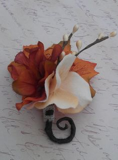 ♡Please note: 》》If you are looking for coordinating bouquets for this or any other listings, contact us with your ideas and we would love to provide you with a quote!! Pictures of what you have in mind are always helpful!《《 This rustic boutonniere is a great autumn companion! The