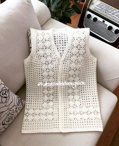 No photo description available. Thread Crochet, Crochet Crafts, Crochet Stitches, Crochet Projects, Gilet Crochet, Crochet Jacket, Crochet Blouse, Crochet Kids Hats, Crochet Clothes