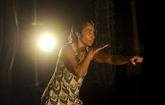 """""""Gudirr Gudirr"""" ist ein intimes Tanztheater-Solo, verwoben mit Video-Kunst, und ganz auf die umwerfende Tänzerpersönlichkeit von Dalisa Pigram zugeschnitten. Die Aufführung setzt sich mit dem Erbe der australischen Geschichte und dessen Auswirkungen auf die Aborigines auseinander und wirft die Frage auf, was erforderlich ist, um ein wirkliches Umdenken im Zusammenleben mit den Aborigines herbeizuführen, um Türen zu öffnen und sich einem kulturellen Wandel zu stellen. © FRANSBROOD PRODUCTIONS"""