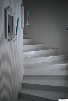 eteinen,rintamamiestalo,portaikko,kynttilä,maalattu Rustic Style, Modern Rustic, Winter Soldier Cosplay, White Stairs, Hiding Places, Stairway To Heaven, Home Interior, Stairways, Wall Colors