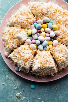 A stunning and easy dessert, this coconut Easter nest cake will impress everyone around the Easter dinner table! Slow Cooker Desserts, Lemon And Coconut Cake, Coconut Cakes, Coconut Macaroons, Cake Recipes, Dessert Recipes, Recipes Dinner, Dessert Ideas, Yummy Recipes