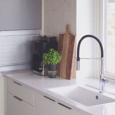 Kjøkkenbenk går i ett med vinduskarm