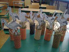 Pár napja (talán már több is) megérkeztek hozzánk a gólyák és a fecskék, meg jó pár egyéb költöző madár is. Nagy öröm ez a számomra, mert r... Spring Crafts For Kids, Fall Crafts, Art For Kids, Diy And Crafts, Arts And Crafts, Paper Crafts, Bird Crafts, Animal Crafts, First Grade Crafts