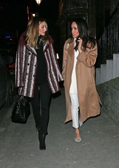 What to wear when out for the evening with a recognized fashionista? Meghan Markle wore a sweater by Aritzia's brand Wilfred for a night out with Olivia Palermo in March Estilo Olivia Palermo, Olivia Palermo Lookbook, Olivia Palermo Style, Preppy Style, My Style, Preppy Fashion, Moda Formal, Meghan Markle Style, Meghan Markle Coat