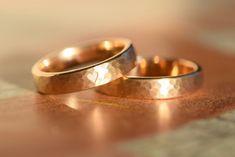 Eheringe - Goldene Eheringe mit Herzchen und Hammerschlag - ein Designerstück von Marluna bei DaWanda