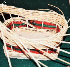 Teraz môžeme výplet nadvihnúť na jednom aj na druhom konci sánok a viesť ho tak, aby zostal otvor. Uzávierku som použila veľmi jednoduchú. Je to na rovnakom princípe ako zakladanie osnovy. Vedieme prúty za jeden dolu. Takto urobíme 3 až 5 riadkov. Skúšenejší môžu výplet ukončiť aj zložitejšou a efektnejšou uzávierkou. Wicker Baskets, Ale, Home Decor, Homemade Home Decor, Ale Beer, Ales, Decoration Home, Woven Baskets, Interior Decorating