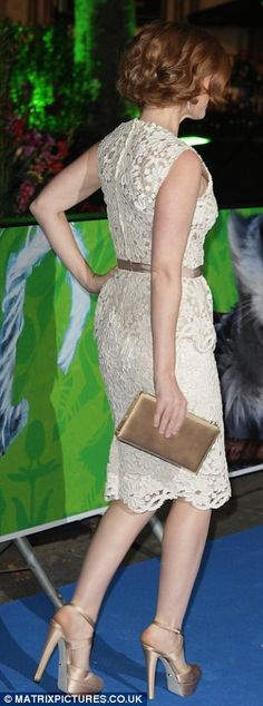 Gorgeous Isla Fisher stunning on the event carpet in a cream dress and sexy platform high heels #legs #heels