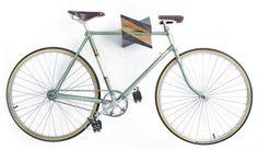 Le seul très gros problème du vélo en ville, c'est le vol, véritable hantise de chaque propriétaire… Pour remédier à ça, le mieux reste de le mettre chez soi mais souvent la place manque. C'est ainsi que les systèmes d'accroche murale et autres rangements d'intérieur sont nés ! Iceberg est une accroche murale sculpturale en bois de chêne développée par le designer letton Reinis Salins de Woodstick. Lorsque vous suspendez votre vélo, il vous suffit de placer sa barre transversale dans le…
