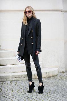 Blazer marinera Unos simples pantalones pitillo y una chaqueta de estilo blazer marinera pueden convertirse en un look espectacular si se saben llevar como la it girl. ¡Ideal!