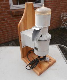 Gammel antik kaffemaskine. Kører fint men egner sig mest til udstillingsbrug