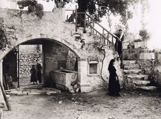 An Ordinary Day in Crete, 1911 (Photo Fred Boissonnas) Old Photos, Vintage Photos, Dance Background, Byzantine Architecture, Crete Island, Acrylic Painting Flowers, Heraklion, Simple Photo, Crete Greece