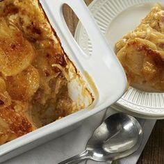 Cheesy Scalloped Potatoes with Ham by QVC's David Venable - EXCELLENT recipe and a great way to use up left-over holiday ham - yum! Potato Side Dishes, Vegetable Side Dishes, Oven Dishes, Fall Recipes, Dinner Recipes, Scalloped Potatoes And Ham, Leftover Ham Recipes, Good Food, Yummy Food