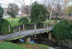 Puente de madera sobre el rio Sarela, en el Parque de la Musica. Parece un lugar de otros tiempos