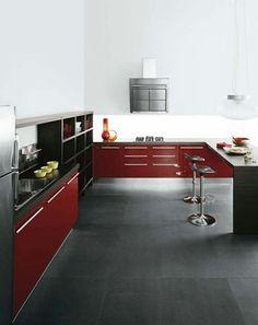 Une elegante cuisine rouge bordeaux