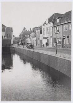 Weverssingel nrs. 26 en hoger (vanaf rechts), in de richting van 't Zand. Links een deel van het Sint Josephgesticht. De kademuur is pas vernieuwd.
