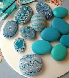motifs mandala sur des galets peints en bleu, petites touches de peinture, comment créer une décoration à l orientale