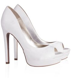 Pura Lopez Diana- Zapatos peep toe de novia de Pura López de tacón alto con plataforma. Realizados en raso blanco roto.