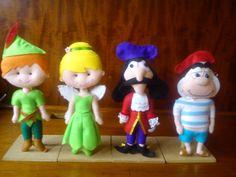 Turma do Peter Pan, incluindo 7 bonecos feitos à mão, em feltro, em torno de 23-30 cm de altura. <br>Bonecos não ficam em pé sozinhos. <br>Preço com desconto para o conjunto, separados saem ao preço normal.