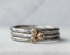 Dieses Angebot gilt für einen Satz von zwei blauen Diamanten, 18k gold und Sterling silber Leaf Stapeln Ringe. Blau glitzernden blaugrün Diamanten inmitten reichen 18 k gelb-Gold. Sterling Silber 1,6 mm Bänder mit der Textur und Ziel Ihrer Wahl. Eine süße kleine 18-Karat-Blattgold vervollständigt den Satz. Details: Haarreif - 1,6 mm Sterling silber Diamanten - Konflikt frei, 2mm und 2,5 mm - blaugrün-blau Silber und Gold - umweltfreundlich, Recycling Textur - gehämmert Fertig - wählen Sie…